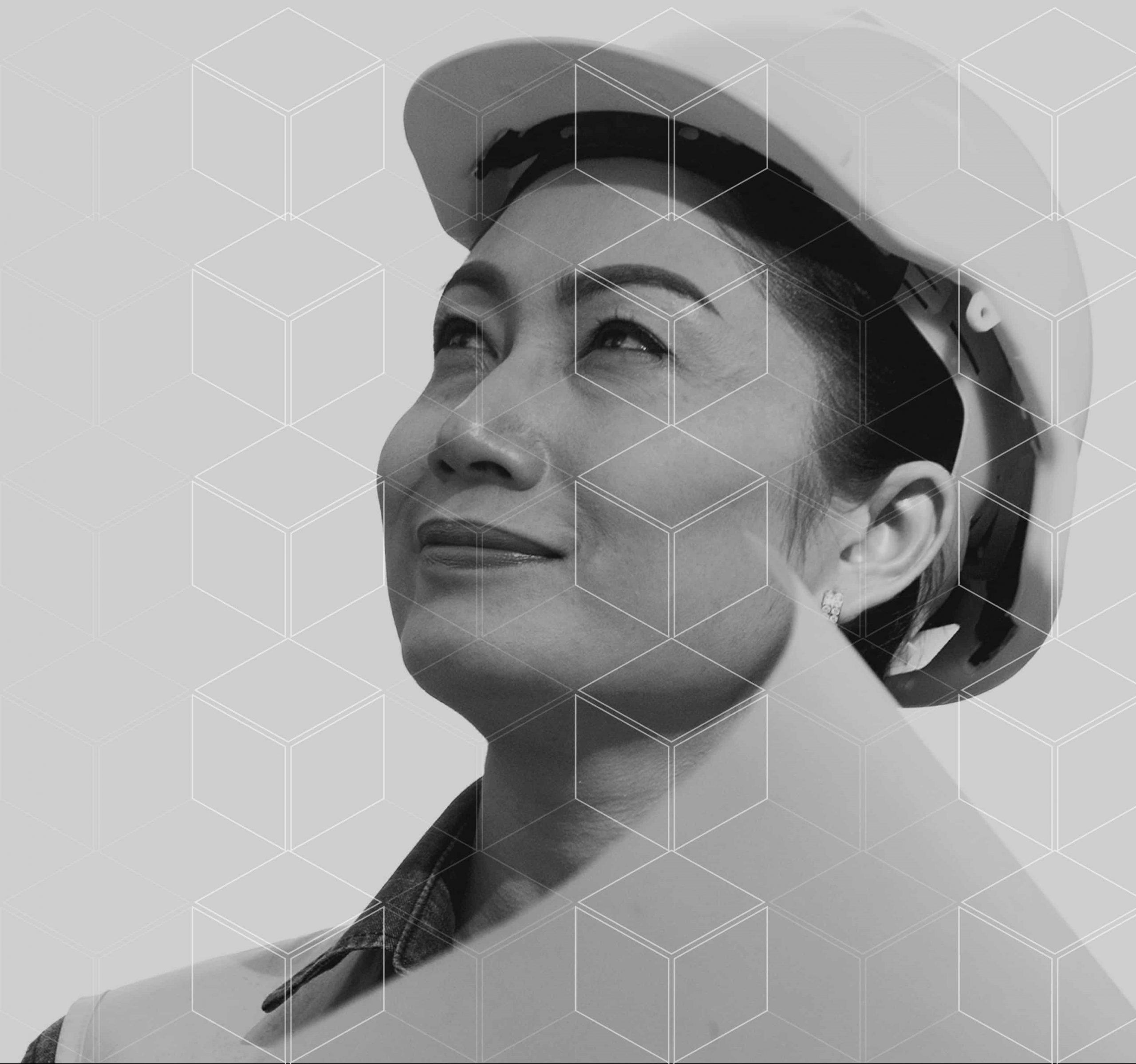 mulher de capacete